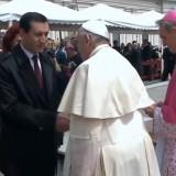 Papa Francesco saluta gli esponenti delle delegazioni