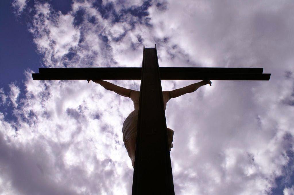 Quella croce cosmica sospesa sul mondo