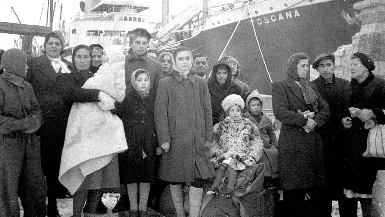 Esuli istriani in partenza da Pola per l'Italia