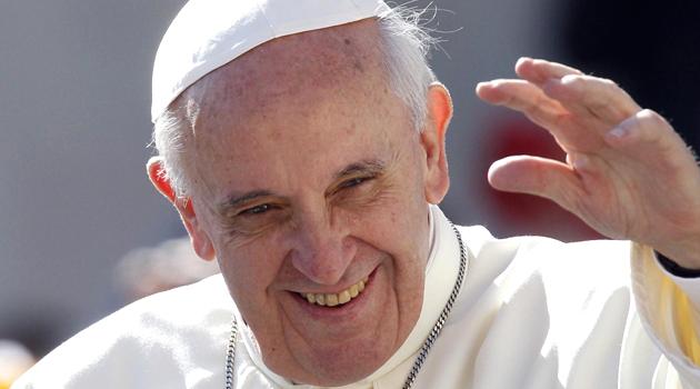 papa-francesco-vangeli-in-dono-per-i-fedeli